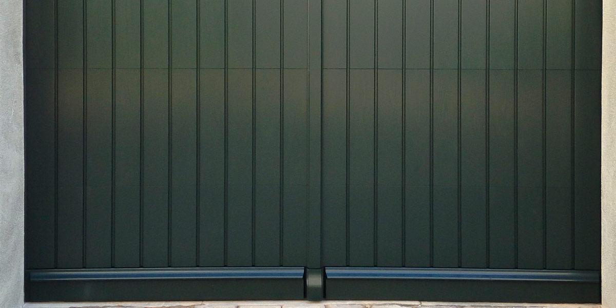 https://garagedeuren.s3.amazonaws.com/20180918135807/Verticaal-houten-garagedeur.jpg