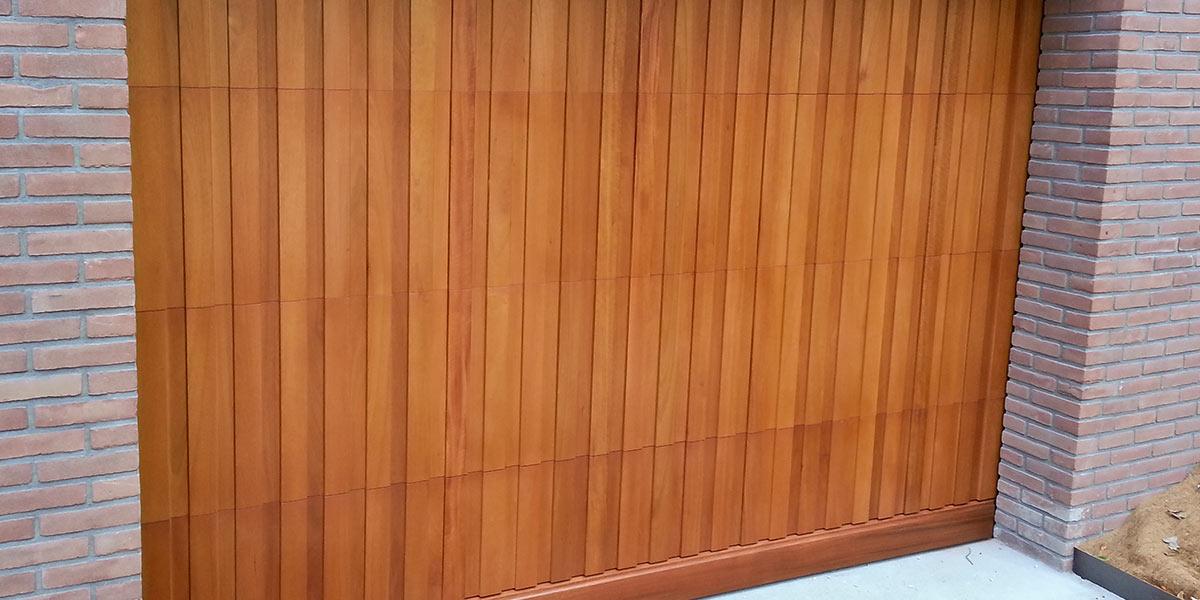 https://garagedeuren.s3.amazonaws.com/20180918142929/Meranti-houten-sectionaaldeur.jpg
