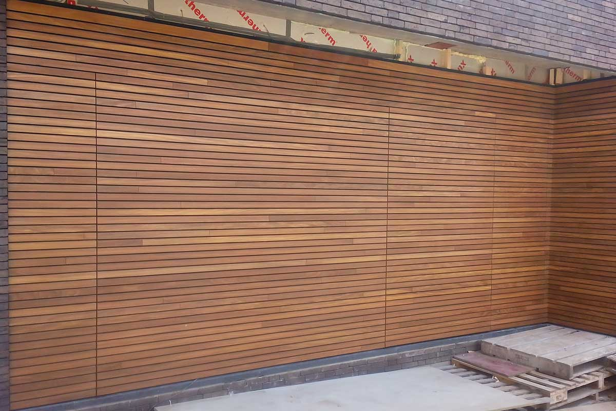 Free-Willy-Afrormosia-houten-sectionaaldeur-1