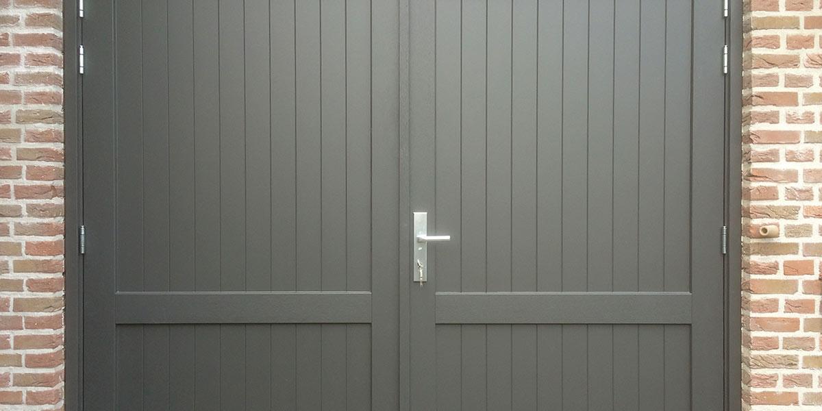 https://garagedeuren.s3.amazonaws.com/20180921105544/Houten-openslaande-deuren-met-een-klassieke-uitstraling.jpg