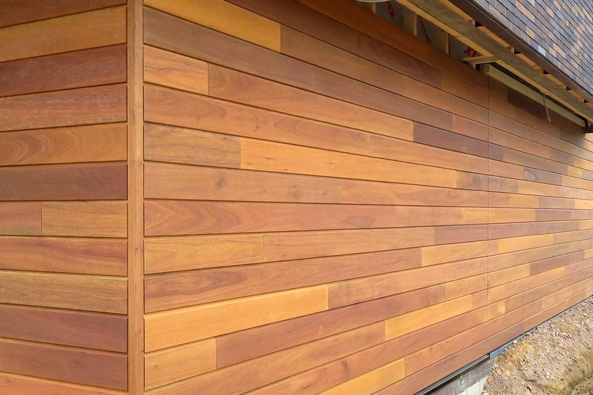 Houten-sectionaal-poort-detail-meranti-gevel