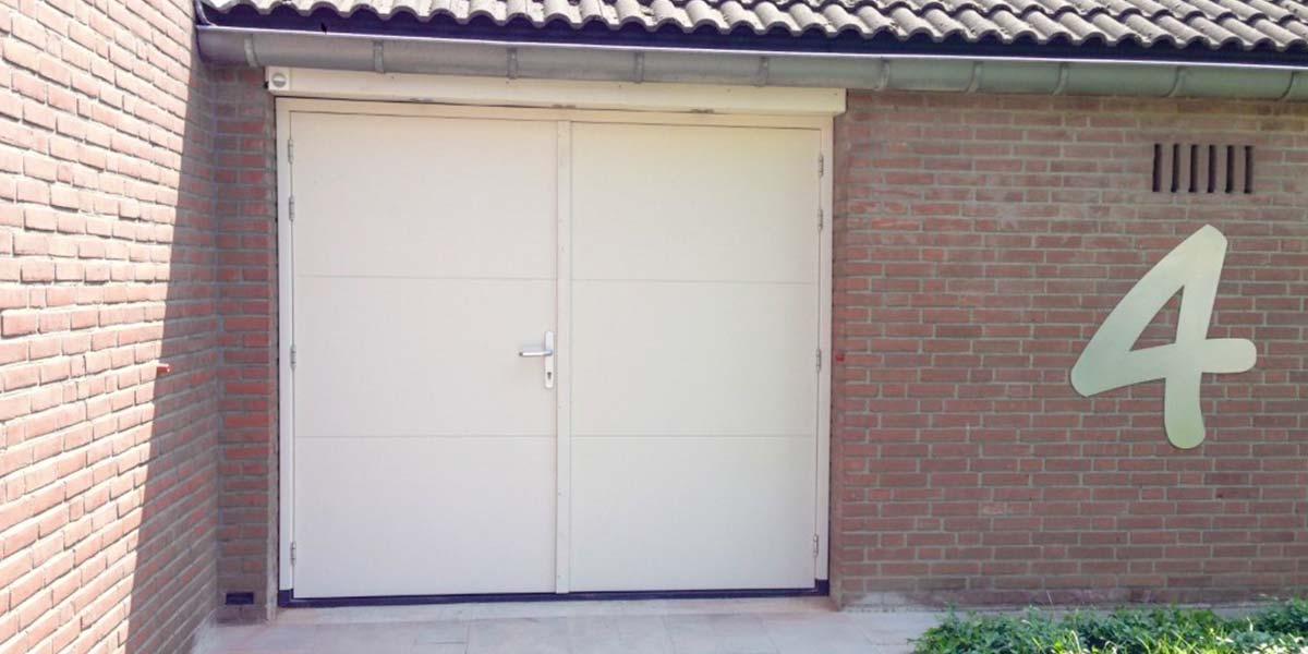 https://garagedeuren.s3.amazonaws.com/20180924101053/openslaande-garagedeur-hout-maas.jpg