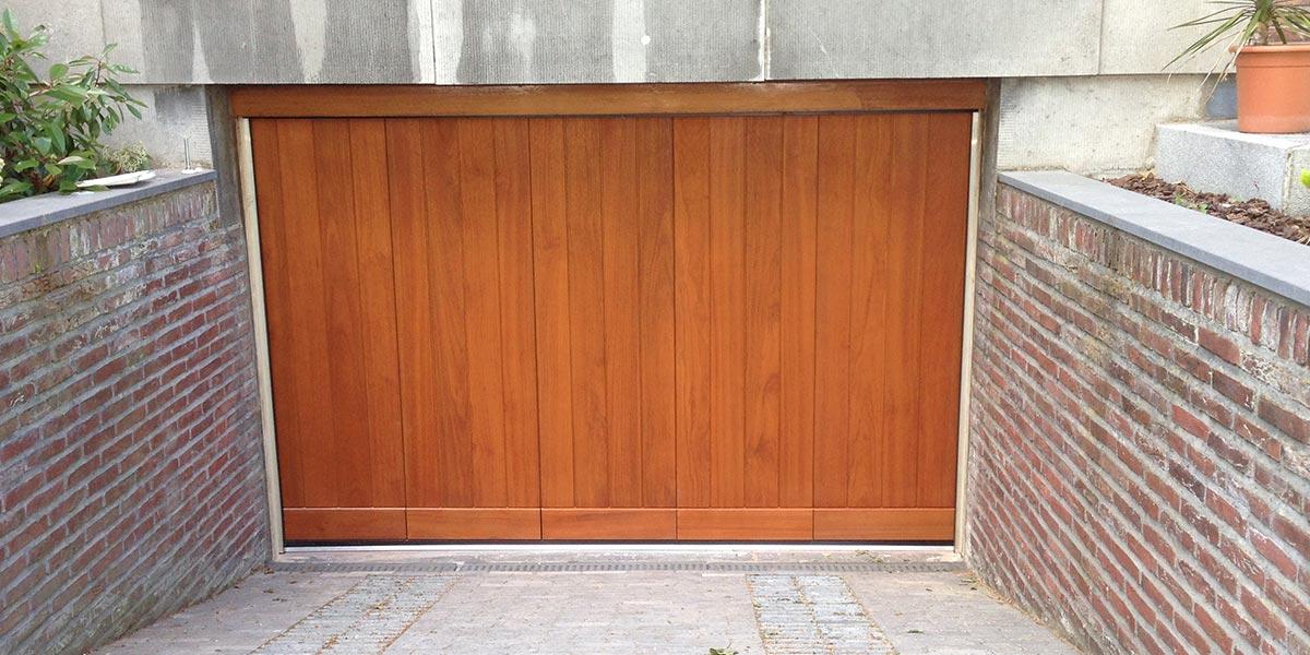 https://garagedeuren.s3.amazonaws.com/20180924120158/Elektrisch-houten-zijwaartse-garagedeur-2.jpg