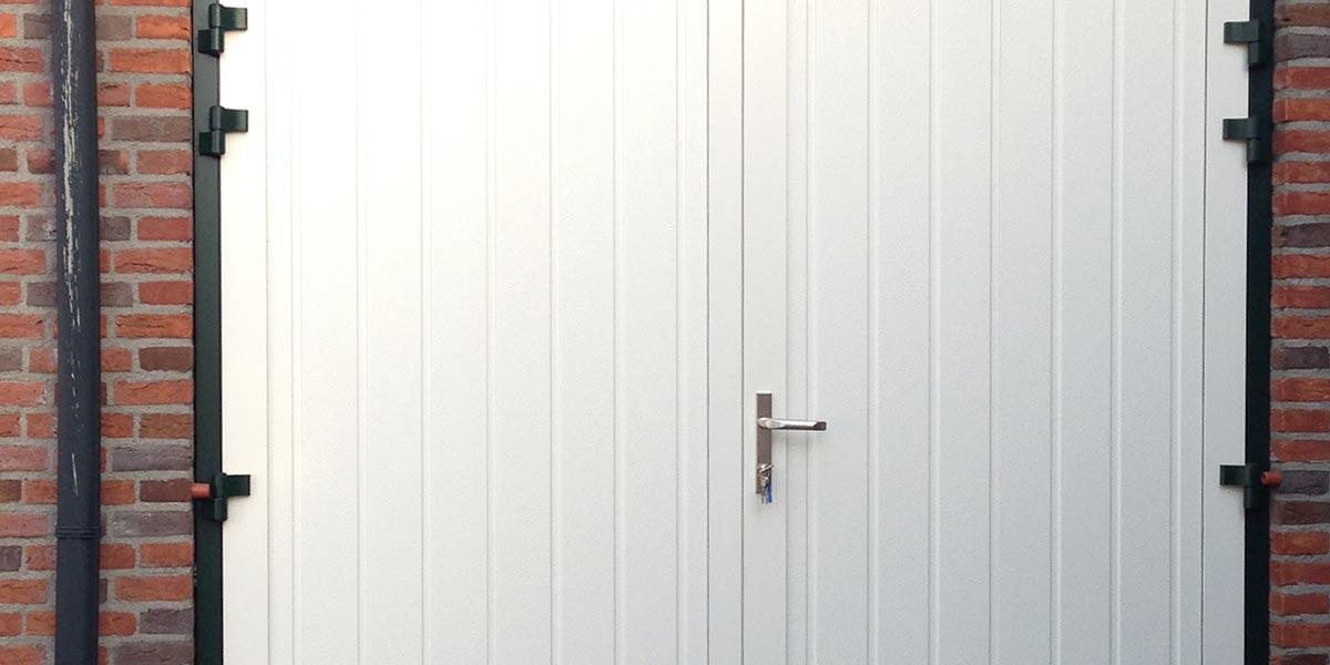 https://garagedeuren.s3.amazonaws.com/20181004120547/openslaande-garagedeuren-verticale-panelen-2.jpg