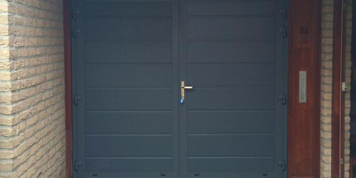https://garagedeuren.s3.amazonaws.com/20181004121401/openslaande-garage-deuren-RAL7016-Zwolle-blauw.jpg