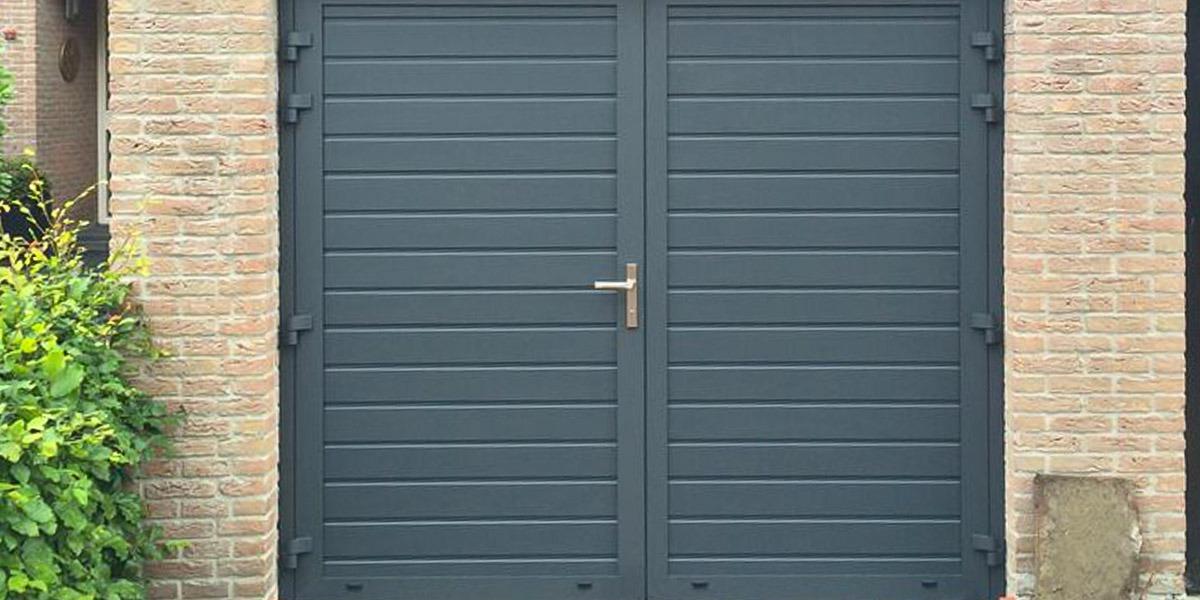 https://garagedeuren.s3.amazonaws.com/20181004141248/openslaande-deuren-smalle-panelen-RAL7016-horizontaal.jpg