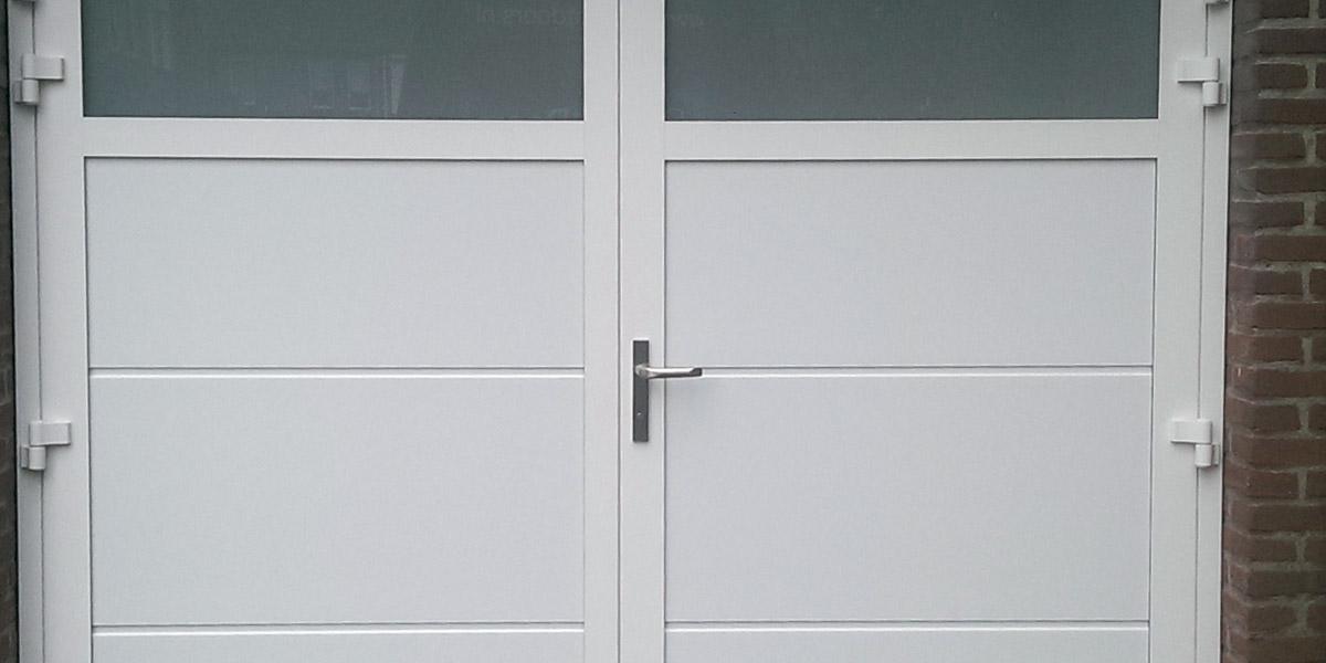 https://garagedeuren.s3.amazonaws.com/20181005091756/openslaande-garage-deuren-melk-glas-geisoleerd-2.jpg