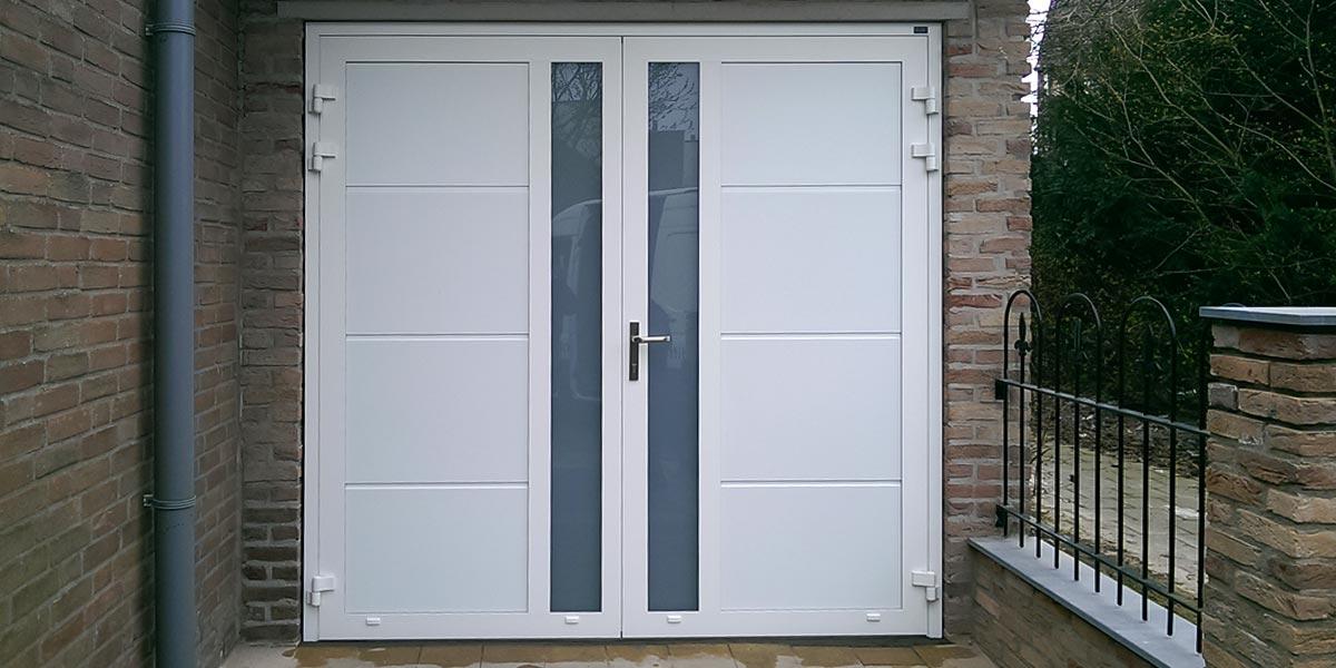 https://garagedeuren.s3.amazonaws.com/20181005113546/openslaande-garage-deur-verticaal-glas-vlak-wit.jpg
