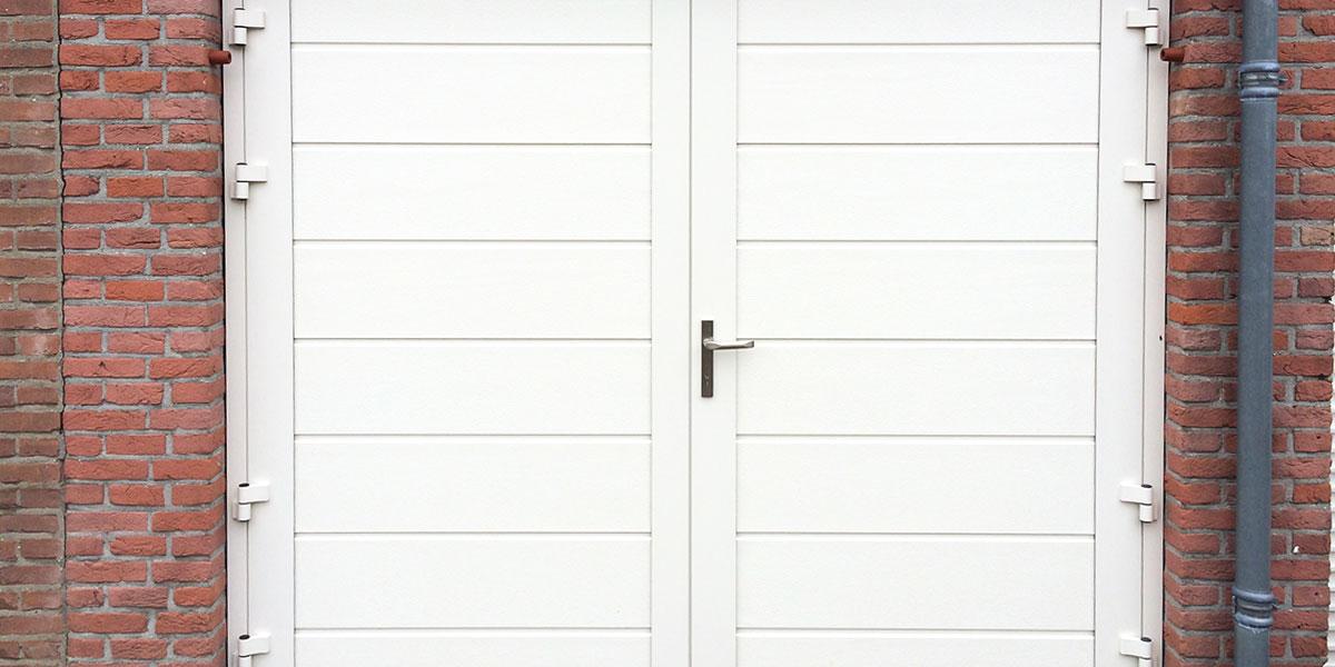https://garagedeuren.s3.amazonaws.com/20181005113717/openslaande-deur-wit-midden-profilering-glad-wit.jpg