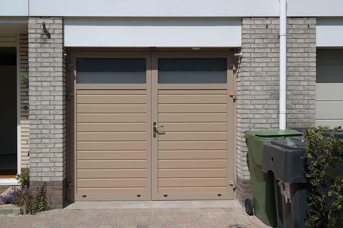 openslaande-garagedeur-melkglas-smalle-panelen-2