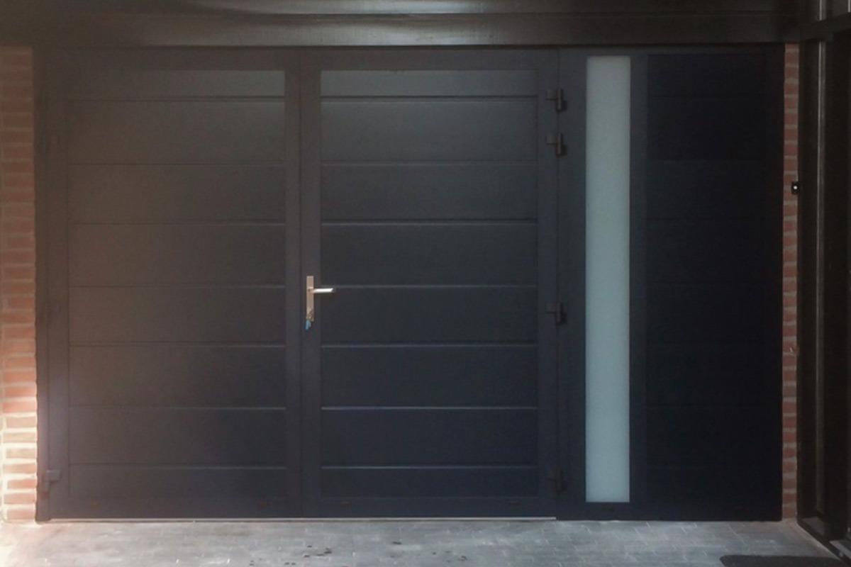 openslaande-garagedeuren-vast-zijpaneel-verticaal-glas