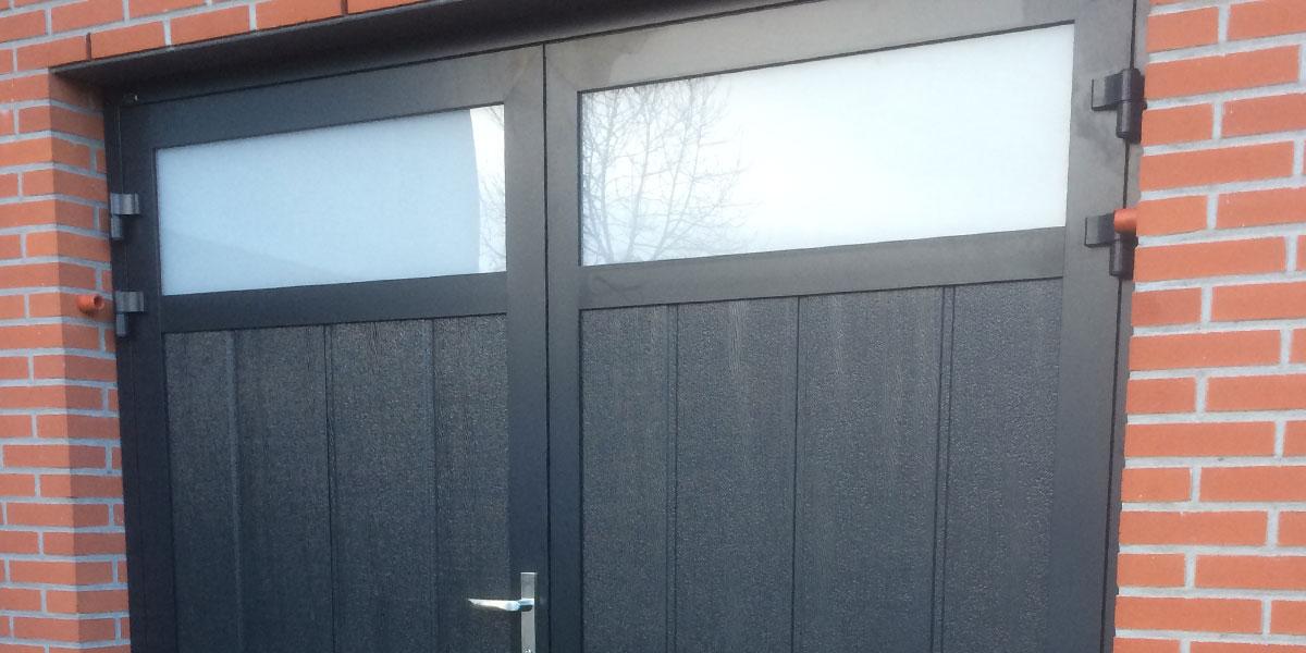 https://garagedeuren.s3.amazonaws.com/20181005145029/verticale-openslaande-garagedeur-midden-profilering.jpg