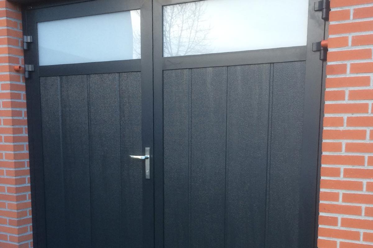 verticale-openslaande-garagedeur-midden-profilering-blauw