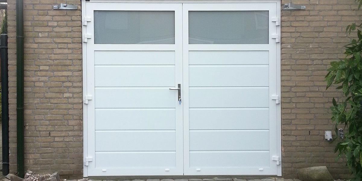 https://garagedeuren.s3.amazonaws.com/20181005145702/garagedeur-openslaand-melkglas-wit.jpg