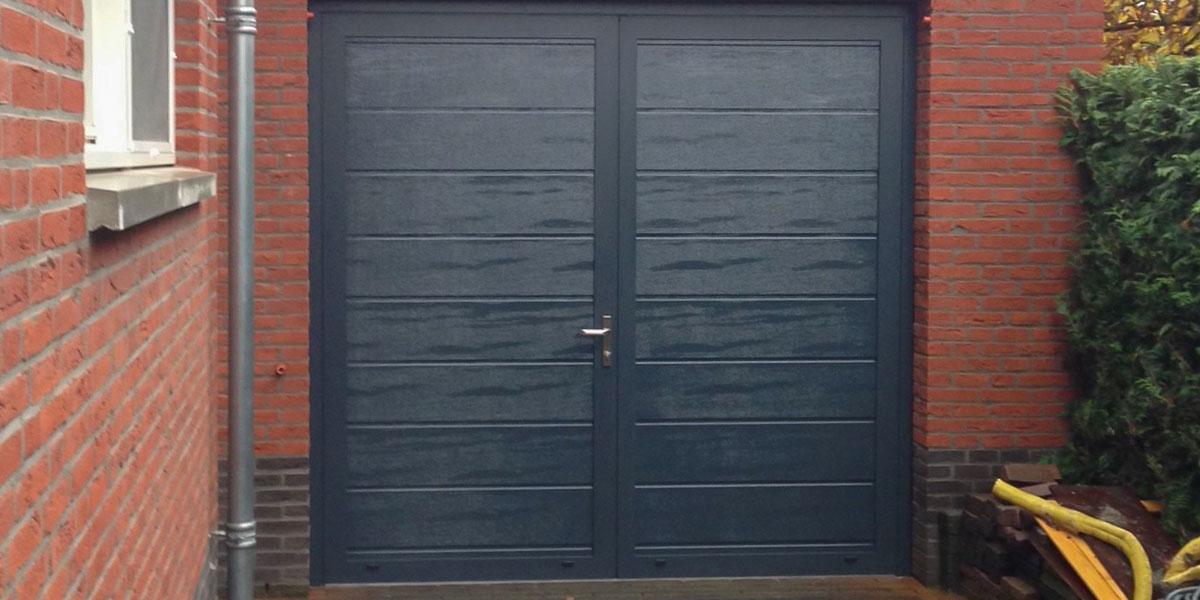 https://garagedeuren.s3.amazonaws.com/20181005152412/openslaande-garagedeur-midden-profilering-RAL-7016-Weert-2.jpg