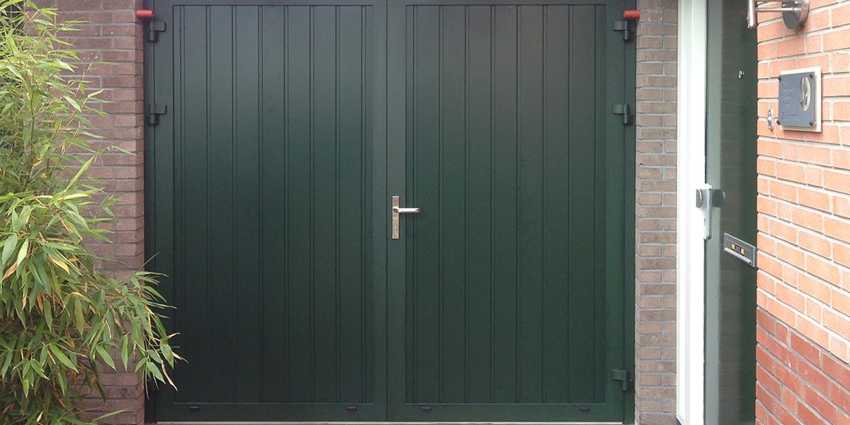 https://garagedeuren.s3.amazonaws.com/20181005155247/garage-deuren-openslaand-verticaal-groen.jpg