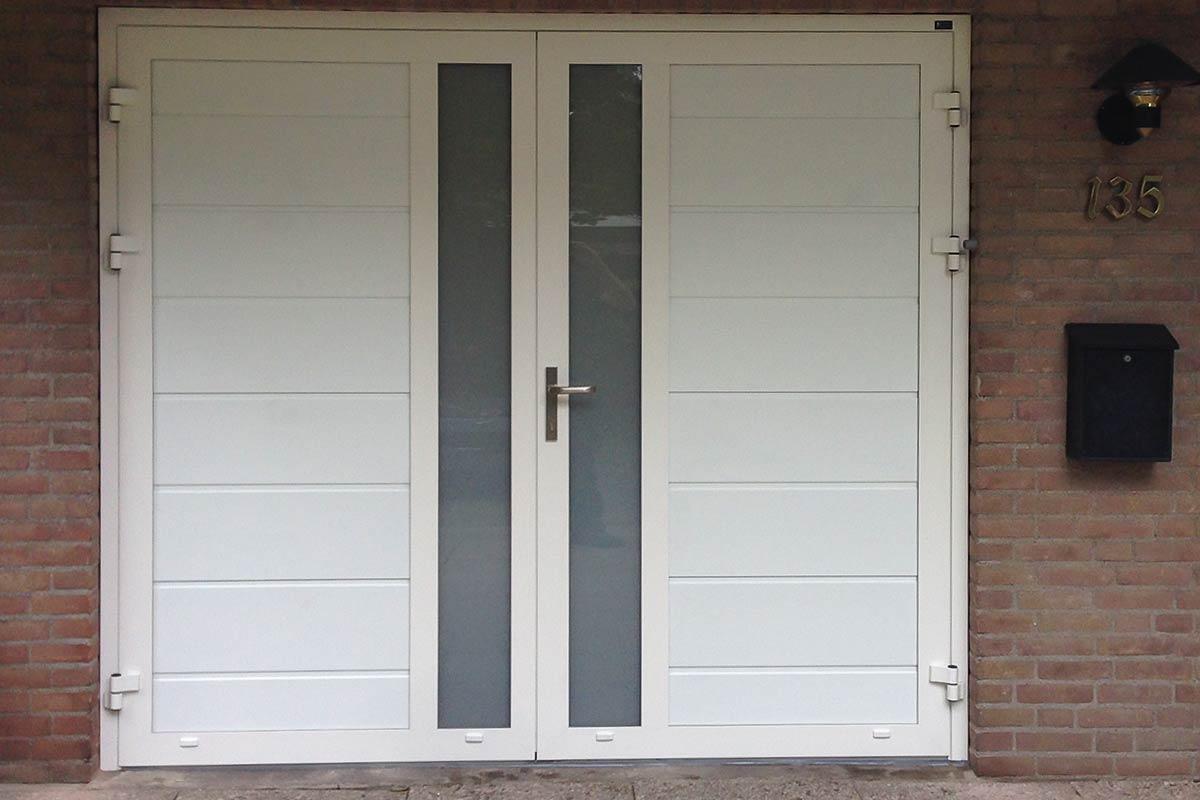 Openslaande garagedeur met verticaal melkglas