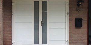 Witte garagedeur met verticaal melkglas