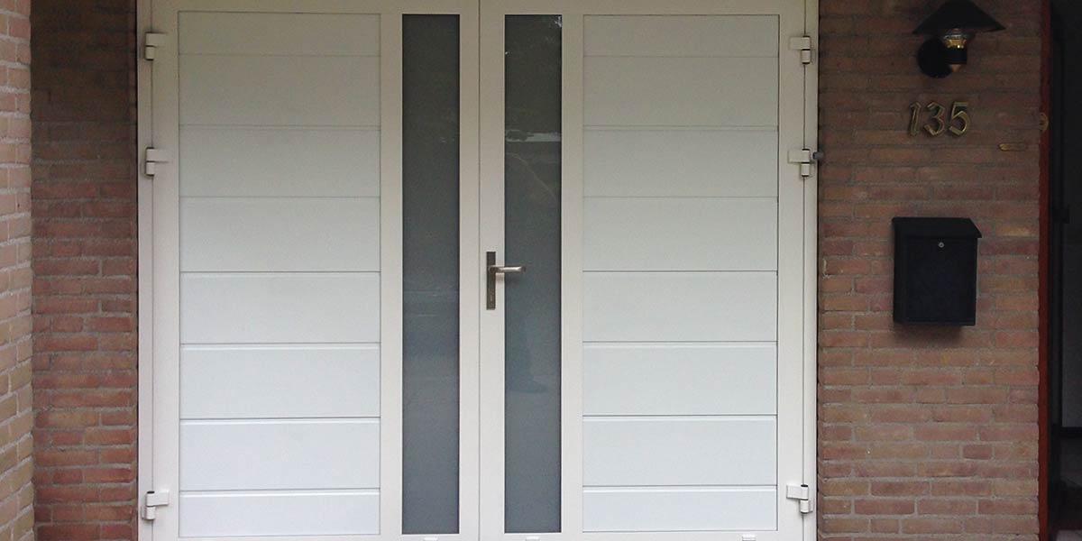 https://garagedeuren.s3.amazonaws.com/20181011104949/Openslaande-garage-deur-verticaal-glas-midden.jpg