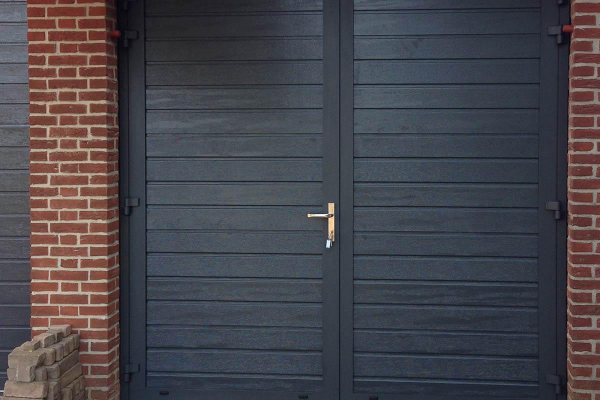Openslaande garagedeuren - smal houtnerf