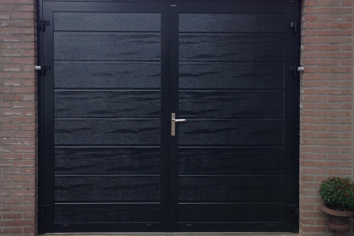 Openslaande garagedeur houtnerf