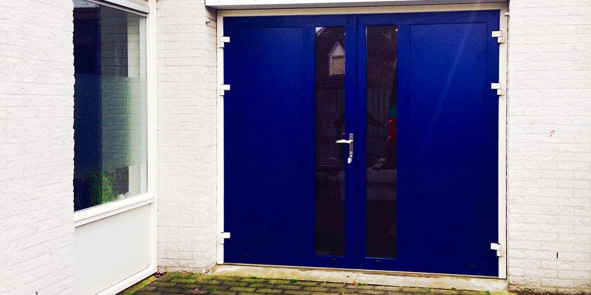 blauwe openslaande garagedeur