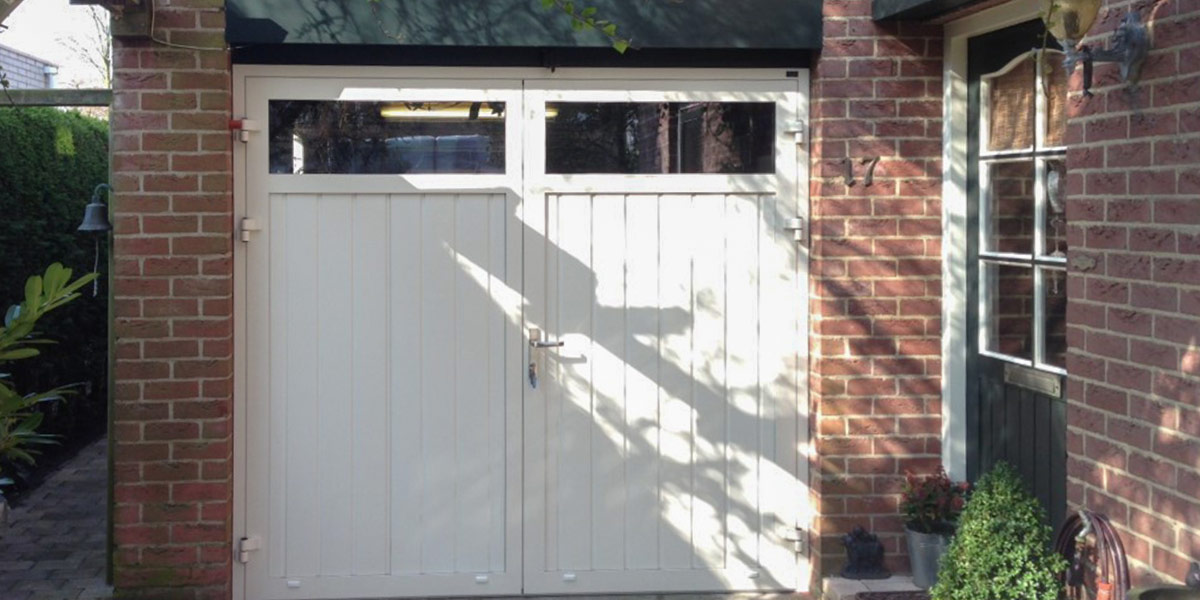 https://garagedeuren.s3.amazonaws.com/20181011152126/openslaande-garagedeuren-verticaal-smal-zeeland-2.jpg