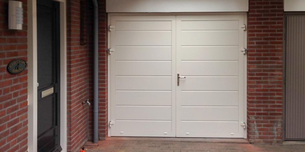 https://garagedeuren.s3.amazonaws.com/20181012111423/openslaande-deur-midden-profilering-glad-Leende-wit.jpg