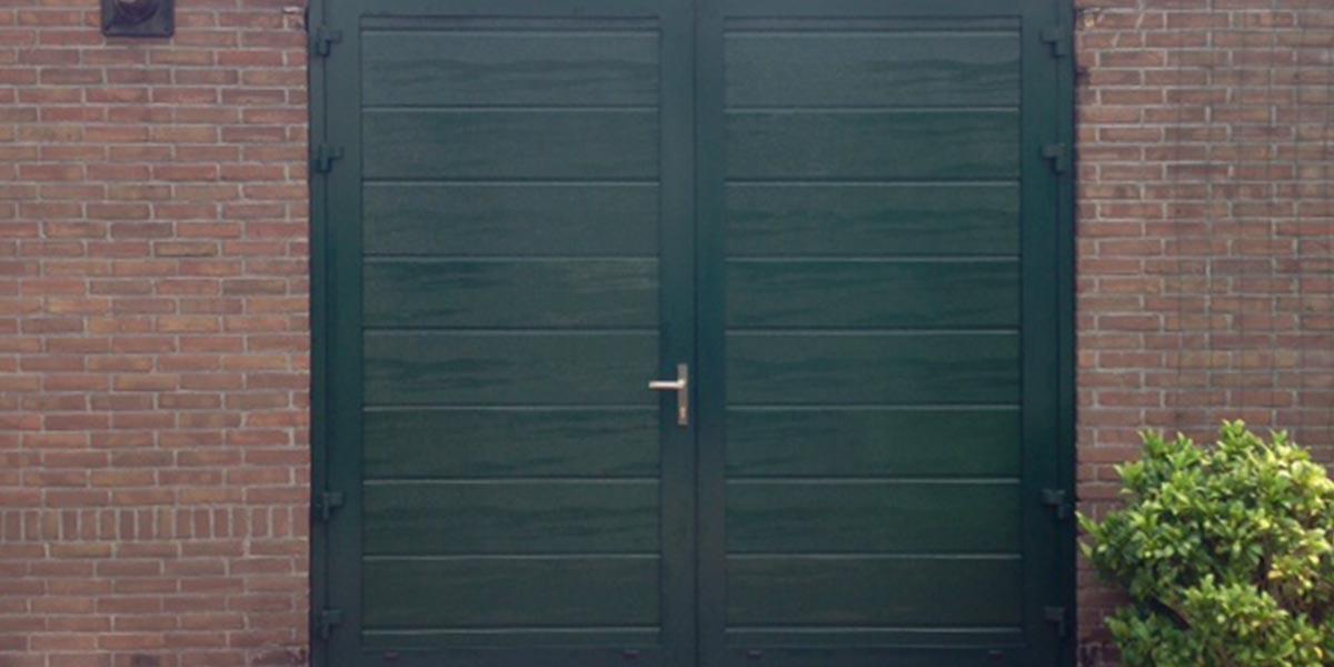 https://garagedeuren.s3.amazonaws.com/20181012114742/Openslaande-garagedeur-midden-profilering-wijk-groen.jpg