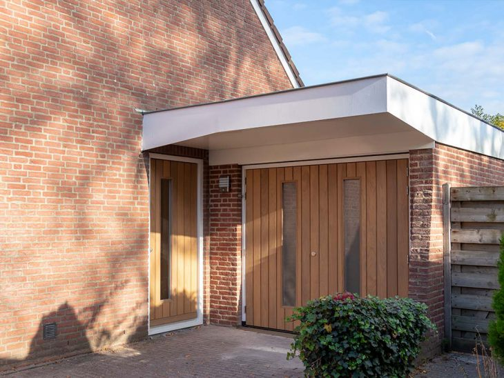 luxe voordeur met garagedeur