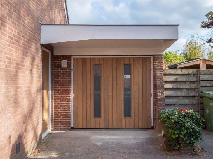 houten voordeur bijpassende houten garagedeur