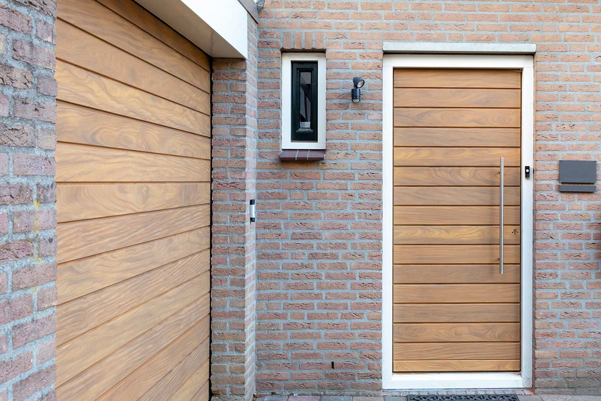 houten voordeur en garagedeur