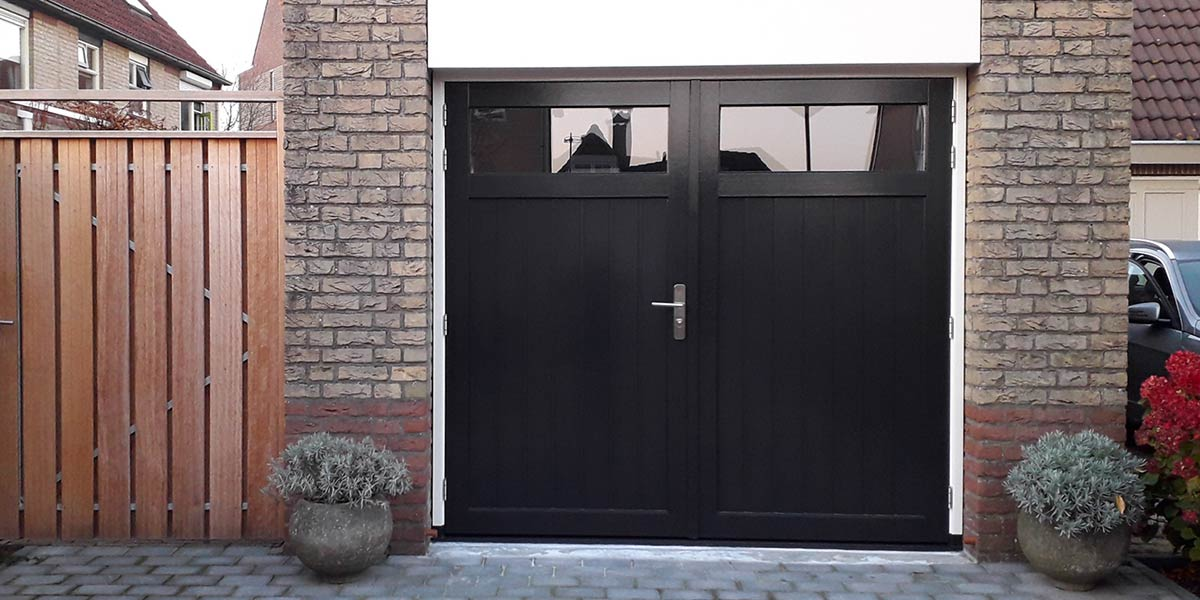 Houten-openslaande-garagedeuren-met-glas-verticaal-geprofileerd