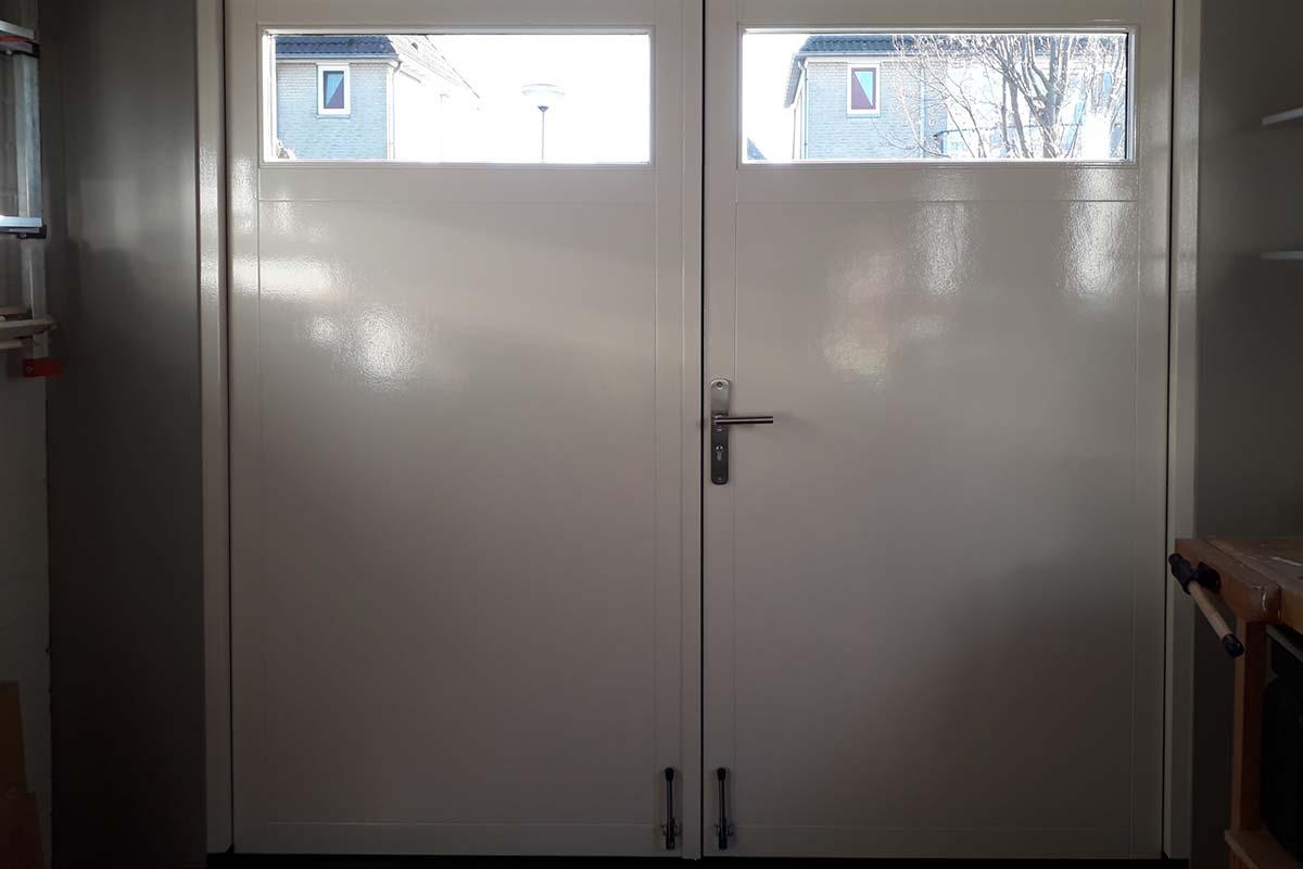 Houten-openslaande-garagedeuren-met-glas-verticaal-geprofileerd-binnenkant