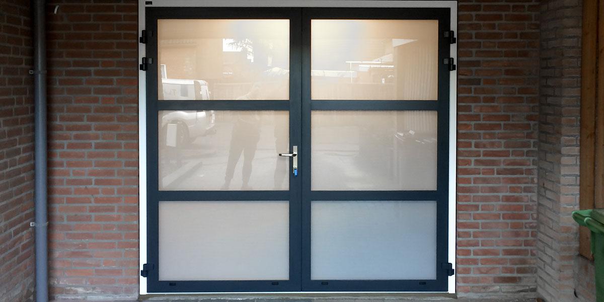 https://garagedeuren.s3.amazonaws.com/20190220105001/openslaande-garagedeur-melkglas.jpg