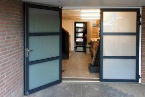 openslaande-garagedeur-melkglas-2