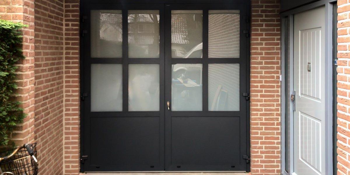 https://garagedeuren.s3.amazonaws.com/20190220113138/klassieke-stijl-openslaande-garagedeur.jpg