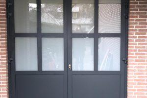 klassieke-stijl-openslaande-garagedeur-melkglas
