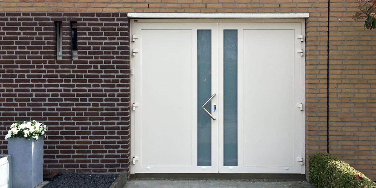 Witte-openslaande-garagedeur-verticaal-glas