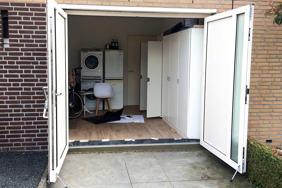Witte-openslaande-garagedeur-verticaal-glas-2