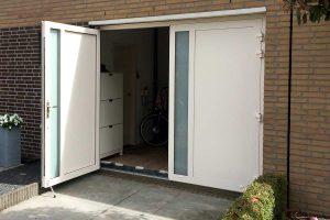 Witte-openslaande-garagedeur-verticaal-glas-3