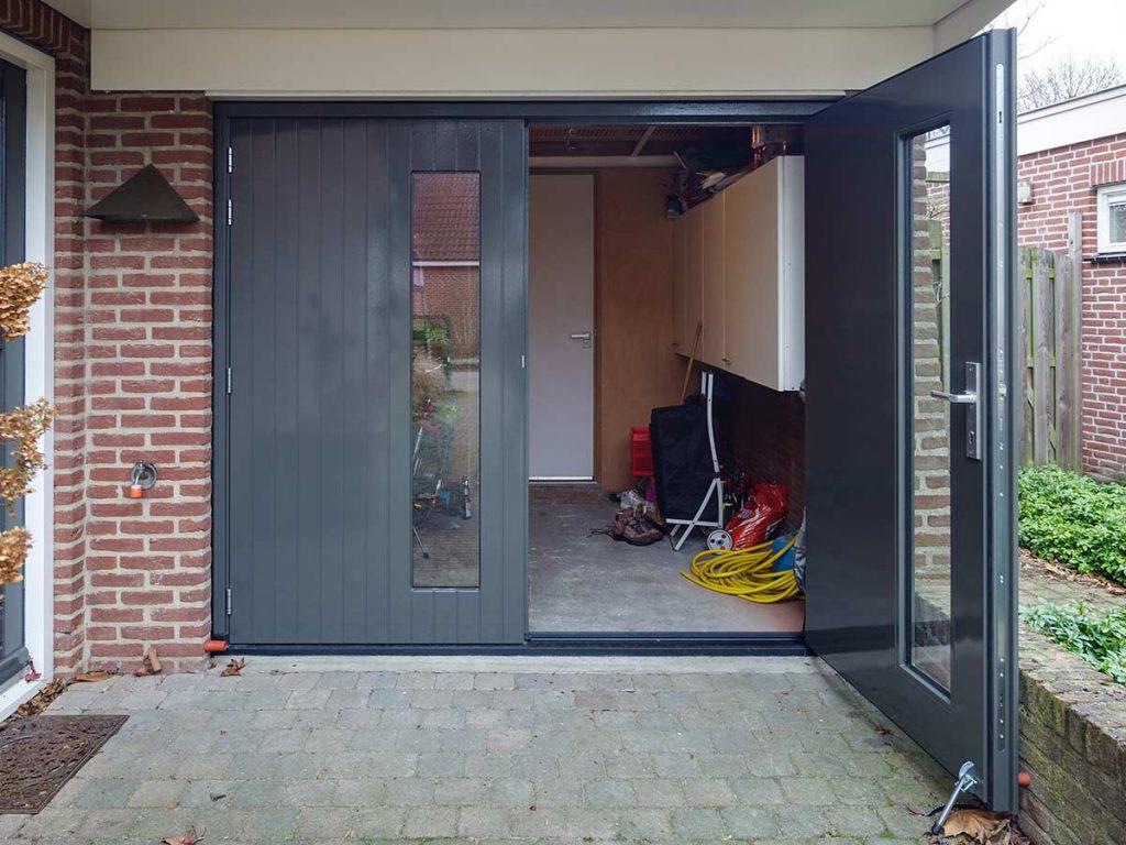 Houten openslaande garagedeur verticale belijning met glas