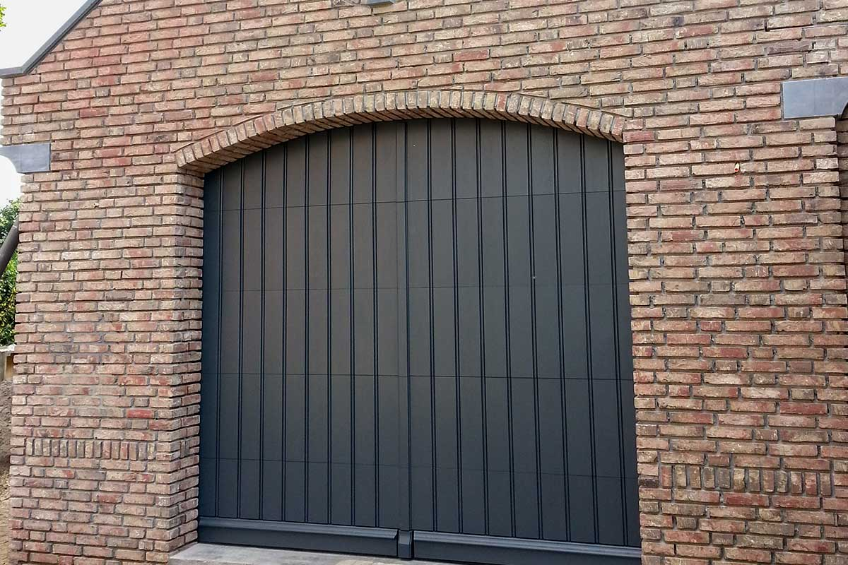 verticale-sectionaaldeur-van-hout
