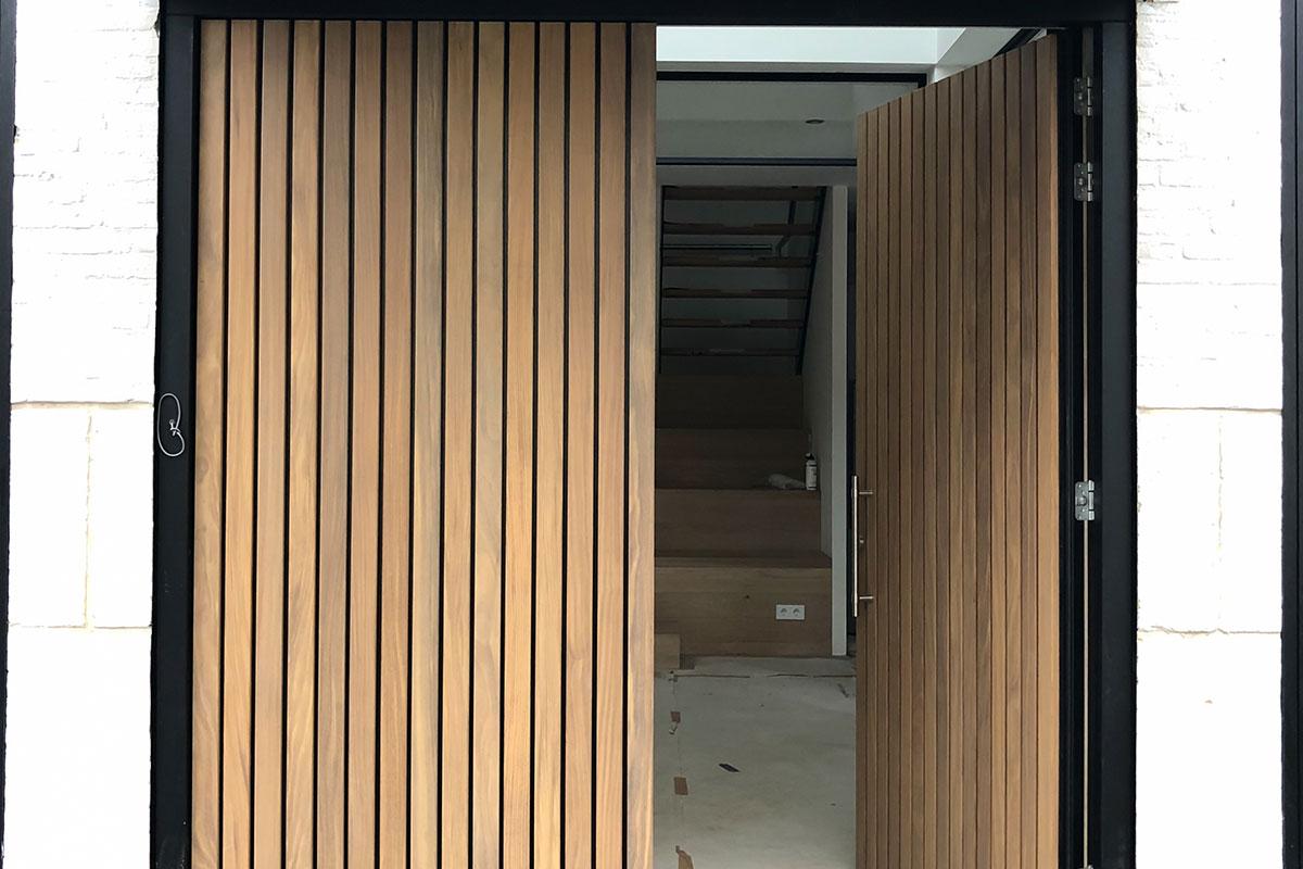 houten voordeur verticale latten afrormosia