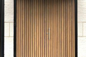 houten-voordeur-verticale-latten-afrormosia-1