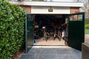 houten-openslaande-garagedeur-met-glas-in-bovenzijde1