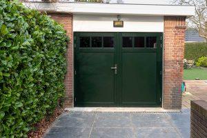 groene-houten-openslaande-garagedeur1