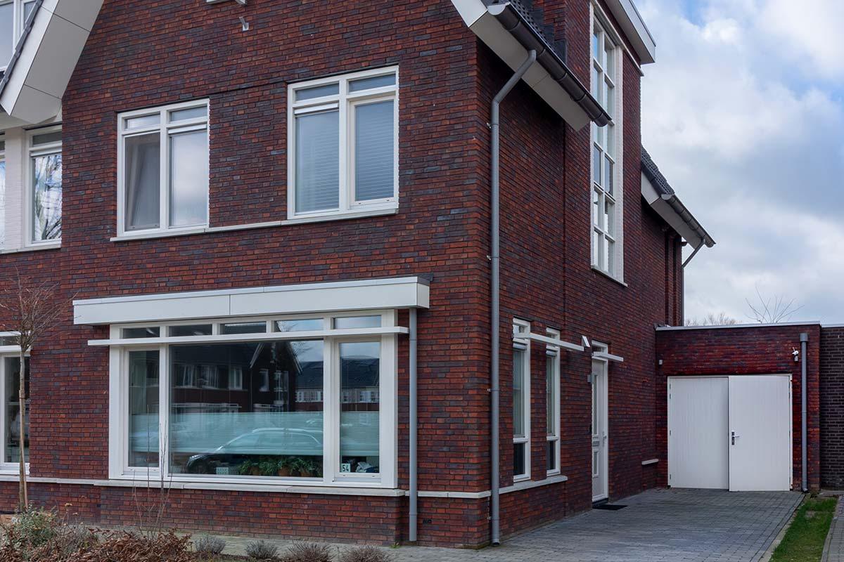 houten-openslaande-garagedeur-in-stijl-van-woning