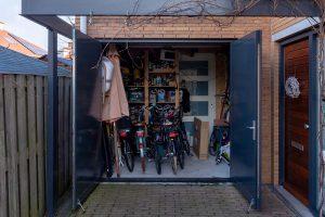 openslaande-garagedeur-hout-horizontaal-open