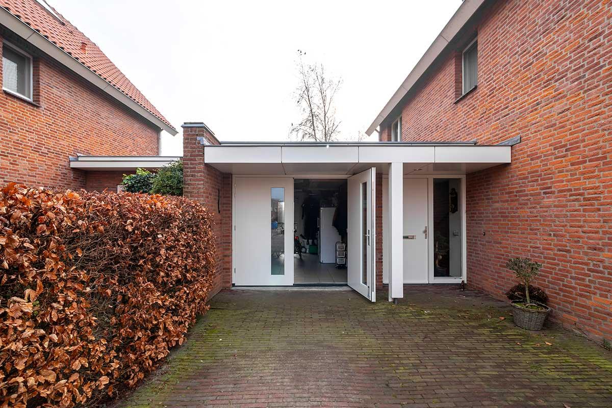 houten-openslaande-garagedeur-met-glas-3